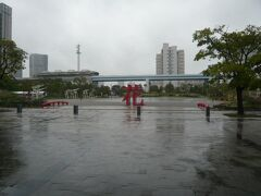 臨海線の東京国際展示場駅と東京ビッグサイト (東京国際展示場)の間にある広場を見ながら東京ビッグサイト (東京国際展示場)に向かいます。  ゆりかもめ線と高層ビルが目につきます。  途中、昼食のためワンザ有明を訪れました。