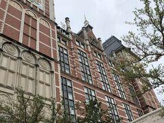 写真の撮り方が斜めだけど、すごく豪華な建物です。 とっても素敵? テンション上がる↑↑  お部屋はハウステンボス側でしたが、どちらかといえばワッセナーの方向き。 それでも外観は外国にいる気分でした。  チェックインしてから荷物を置いて、ハウステンボスへ。 ハウステンボス https://www.huistenbosch.co.jp/ 1.5日券付きの宿泊プランにしたので1日目は15:00から夜まで ハウステンボスで遊びます。 ちなみに、このオークラからハウステンボスのタワー下まで船が出てます。 私たちは乗らなかったけど使いこなすととても便利な船です。  入り口で体温チェックをして 今回は時期がハロウィーンだったため子供たちは仮装をしていきました。  ハウステンボスはハロウィーンの時期にも色々なイベントをやっていて まずはこの仮装で入場口を通過すると、食事や買い物などが 20%OFFになるハロウィンパスポートがもらえます。 これマジでありがたかった! 食事もお土産も、欲しいぬいぐるみも20%ひいてくれるんですよ! 主婦はとてもホクホクしてしまって、 必ず明日も子供たちには仮装で入場してもらおうと心に決めました(笑)  入ってからすぐにまたまたハロウィンイベントの トリックオアトリート!のバケツを購入。