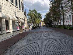 """この街並みは本当にヨーロッパ気分です。  石畳は足にくるけど雰囲気は抜群!  Pが佐世保バーガー食べたいって。 アムステルダムシティにある バーガーショップ""""ダム""""さんで食事することに。  店内がハロウィン仕様でとっても素敵! とりあえず消毒液がかわいい♪"""