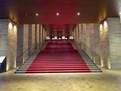 コンラッド大阪の隣にはフェスティバルタワーという複合施設があります。 多分施主はコンラッド大阪と一緒です。 中には大阪を代表するフェスティバルホールがあります。 この赤絨毯の階段、綺麗になったけれど印象は昔と変わらないです。