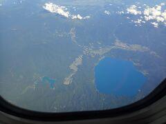 窓から景色を楽しんでいると 眼下に真っ青な湖 日本で一番深い湖で深さは423mも あるんですって