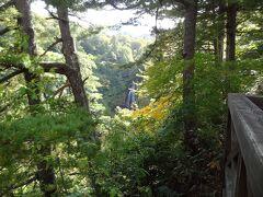 あっ! 落差約40mのモーカケの滝が見えますよ。 滝壺には残念ながら行くことはできず、展望台から遠目に眺めることになります。