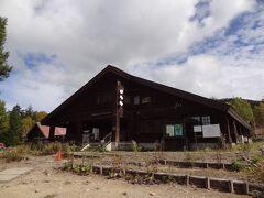 尾瀬沼東岸にある、尾瀬沼ビジターセンターです。 今、建て替えが行われていて、この建物はもうすぐ見納めになります。