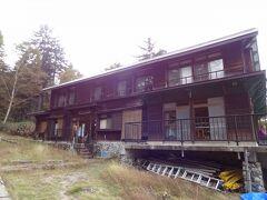 尾瀬沼南岸三平下には「尾瀬沼山荘」があり、売店食堂のある休憩所も別棟であります。