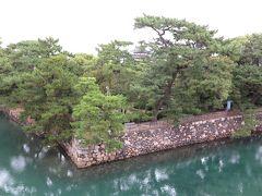 男木島、女木島へ行く予定ですが、弱雨だったのと、 あまり見るものが島になさそうだったので、 高松をぶらぶらする事にしました。  ホテル目の前の玉藻公園に行きました。