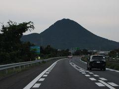 9月20日(日) 早朝6時頃、名神高速道路を東へ・・正面に、近江富士が見えてきました。