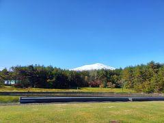コテージから中軽井沢方面に向かっている途中、何やら白いものがチラチラ見えるなぁと思っていたら何と浅間山に雪が!!!昨日長野へ向かう途中に見た時はまったくなかったのに昨日の雨が雪に変わったようで山頂付近は真っ白になっていました!