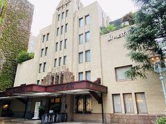 雨の中、神保町駅から徒歩10分ほど。 14:40頃到着しました。 坂を登って高台にあるので山の上ホテル…英語ではHilltop hotel。 周りは明治大学の建物に囲まれています。