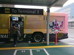 友人Mは北海道住みなので空港近くで前泊していて、第2ターミナルで待ち合わせしました。 半年ちょっとぶりの再会~。  7:50 連絡バスで第3ターミナルへ。