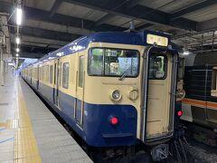 長野駅発6時23分の電車で出発。 昭和レトロな車両がいい感じ♪