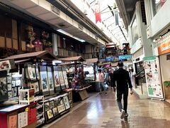 クアラルンプールは近代的なビルが ジャンジャン建っているので当然ながら 綺麗でおしゃれなショッピングモールも たくさんありますが、ここは3世代位前の 古いタイプのショッピングモール  なので地元感が強いし、売ってる物も 欲しいなっていう物はなかったなー(ノ∀`)