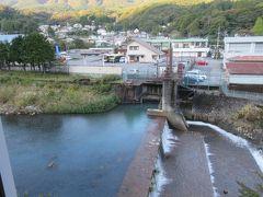 露天風呂からの眺望。  セブンイレブンと箱根登山バス宮城野営業所の三角屋根が見えます。 あっちに先に行っておいてよかった・・景色と場所が理解できる。