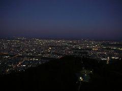 おなかを満たしたところで・・藻岩山の展望台へ 日が暮れかけ少し薄暗い状態からの・・