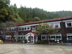 途中の案内板に招かれてチラ見した「旧木沢小学校」の木造校舎。 昭和7年築とのことです。 木造校舎は懐かしいというよりは、雨漏り、すきま風、そしてトイレが1階にしかなく汚いというネガティブな印象ばかり。