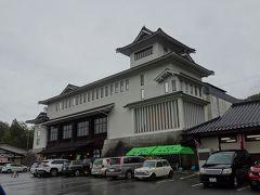 こちらの道の駅は「そばの城」を名乗るだけあり、城郭のような建物です。