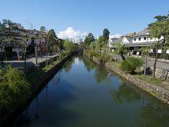 中橋の上から倉敷川を見渡してみる。 雲が途切れてきて爽やかな青空に覆われ、気持ちいい日和です。やっぱり岡山(=晴れの国)はこうでなきゃね。