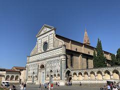 ホテルまでは500m足らず、トランクを引きずっても徒歩で10分程度なので、いつも通り歩いて向かいますヨー('ヮ' ) ひさしぶりに里帰りしたような、なつかしい気持ちで歩いて行きますー。 写真は【サンタ・マリア・ノヴェッラ教会(Basilica di Santa Maria Novella)】ですー。この教会がある広場をトランクをズルズルと引きずりながら横切っていきますヨー。