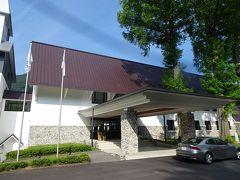 ホテルのエントランス。山岳リゾートの風格です。