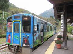 10:09 「湯野上温泉駅」に既に停車していた会津鉄道に飛び乗ります。本当は次の、 10:43発の電車に乗ろうと思い、駅の足湯に入る準備もしていたのですが、その列車は「お座トロ列車」で、一駅だけの乗車でも特別料金が320円掛かるとの事。 バスの運転手さんに促されて特別に改札前で下ろしてもらいました。