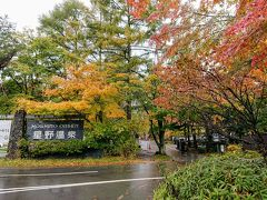 朝8時横浜の家を出て、環八を抜け、関越道を通り、まずやって来たのは、中軽井沢の星野地区。 時間は11時半、まずはランチです。 ランキング上位の川上庵に向かいます。 平日のあいにくの空模様のなか、けっこう駐車場は埋まってました。 そのため少し離れたP6に停めます。