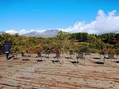 また展望ステージにのぼります。 ステージには椅子が並びます。 ここに座ってしばし絶景を眺めます。 浅間山、湯川の渓谷、目の前の森(ゴルフ場)がすごい景色を見せてくれます。