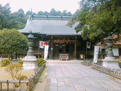 創建は1874年で、祭神は仙台藩祖伊達政宗の神号である武振彦命(たけふるひこのみこと)です。参道は途中の階段で二手に別れ、神社正面行くには左側を行ってください。