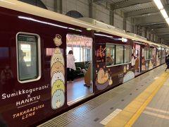 ボディのラッピングもめっちゃカワイイ!   阪急電車自体がマルーンカラー一色のシックなデザインなので、賑やかなラッピングが目立ちますね。
