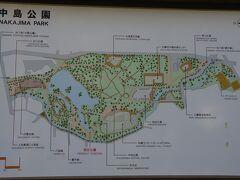 中島公園の地図です。 札幌中心部の南端に大きな緑地があるので、 札幌の地図を見た人は、必ず一度は目にする名称です。 交通の便はいいので簡単に行かれます。 地下鉄南北線の中島公園駅や、市電の中島公園通駅で下車すれば、 すぐです。 今回は大通公園のそばのホテルから向かったので、市電で行きました。 この地図は左が北なので、札幌駅は左方向です。 目的地の豊平館は、現在地のすぐ左ですが、 まだ開館前なので、右手に行って天文台などを見ながら散策します。