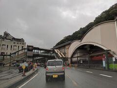 金曜日の夕方に仕事を早めに切り上げて、自宅から車で箱根へ。4回目の訪問です。 金曜日とはいえ平日なのに、5時前の箱根湯本駅前は観光客でかなり混雑していました。自宅は神奈川県内なので箱根までは1時間程度。