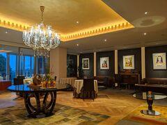 宿泊先のTHE HIRAMATSU HOTELS & RESORTS 仙石原に到着。ロビーのソファーでチェックイン。今回は夕朝食付きのプランです。