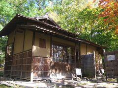 その中に、この茶室「八窓庵」があります。 「八窓庵は、江戸初期の大名で茶人の小堀遠州(1579~1647)が 建てたと伝えられる茶室である。 八窓庵(東側部分)は、草庵式二畳台目の席で、 床柱はチシャ(サルスベリとも)・向柱は皮付の赤松、 北面の軒桁は栗のなぐり、天井には真菰が使用され、壁は聚楽土を用い、 席中に8カ所の窓を配している。(中略) 北国・札幌にあって、八窓庵は積雪荷重に耐え得る強度を有していない ため、冬季間は建物全体に防雪用上屋を設置し、保存に努めていた。 しかし平成17年3月、防雪用上屋の梁強度不足による倒壊事故が発生し、 これに伴って八窓庵・水屋が全壊、三分庵は半壊した。」 平成20年に復旧工事は完了しています。
