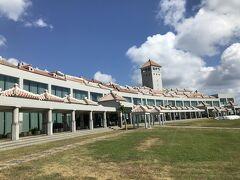 次は平和記念公園へ。  平和記念資料館。 リゾートホテルのような造り。