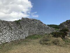 次は具志川城跡へ。 崖のギリギリに城壁跡があります。