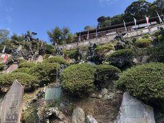 山の上にある半僧坊に到着。 羽の生えた天狗がたくさんいます。