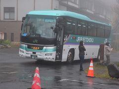 酸ヶ湯温泉に来るには、青森駅、新青森駅から路線バスみずうみ号十和田湖行きで1時間28分、1人1360円です。 十和田湖子ノ口からは1時間25分、1人1720円です。(料金は2020-10現在) JRのくせにSuica等は使えないので注意。→2021より使えるようになりました。 そのかわりというか、GoTo地域共通クーポンが使えます。千円札の代わりに運賃箱に入れるだけ。  今年はコロナ対応で、1日3便に減便されていました。 青森発 酸ヶ湯着  7:45→8:50(この便のみ新青森には寄りません) 10:10→11:38 13:25→14:53 *写真は蔦温泉でトイレ休憩中  冬季は酸ヶ湯温泉止まりで十和田湖には行きません。  このほか、青森駅前アウガ裏(駐車場入口)から無料送迎バスも出ています。要予約。 10:15と14:00発 約1時間で到着。直行するので路線バスよりも早いです。 宿からの送りは、8:50と12:30の2回です。