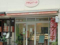 素朴な感じの洋菓子店である。ケーキは不動の人気スイーツだ。