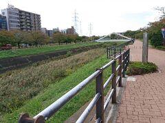 ちょっと食べ過ぎたので、食後の散歩に。 川沿いの公園を通って日産スタジアムに向かいます。