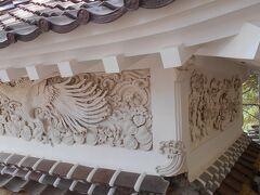 西性寺。漆喰の壁のコテ絵が見事。