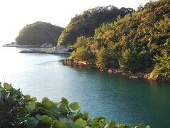 16:45、沖泊に到着しました。 静かな入り江。地元のおっちゃんがのんびり釣りをしていました。