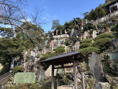 この崖の上が半僧坊の本堂。 羽のある天狗の銅像がたくさん。