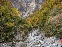 谷川岳の万年雪から流れてくる水が小川となって より一層の景観を引き立たせています。」
