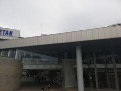 伊勢丹と隣接する相模女子大学グリーンホール。