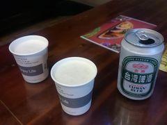 このあたりで、台南の名物で昼食にしようということで、前回2011年の台南訪問時にも訪れた「度小月担仔麺」の本店に入りました。 まずは台湾啤酒(台湾ビール)で軽く乾杯。