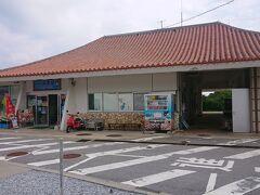 9:00 急いで真栄田岬まで移動しました。 有料駐車場は1時間毎に100円。 小さい売店みたいなお店と更衣室、シャワーがありました。