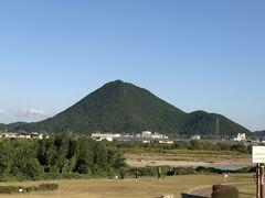 目の前に現れた気になる山 久しく富士山に登ってないなぁ~と思いながら検索したら 三上山 近江富士と名付けられた滋賀県の富士山  確かホーミンさんの旅行記でも見た様な。。。