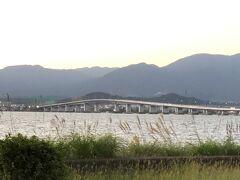 夕食の時間までまだちょっとある ドライブ兼ねてコンビニを探す  『琵琶湖大橋』のキュッと引き締まった所に掛かる橋 船舶が航行できるようにモコっと盛り上がってるのが分る