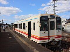 金田駅到着。 列車は直方まで行くが・・・せっかくここまで来たのだから・・・鉄印・・・ 平成筑豊鉄道で鉄印を扱うのはここ金田駅のみ。 ほとんどが車内での精算、支払いになるので、窓口設置駅が限られる。 ここも昼間の休憩時間が設定されているので、その時間は事務所で扱ってくれる。
