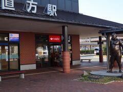 駅前には、大相撲魁皇関の銅像・・・博多までの通勤特急にその名を遺す。