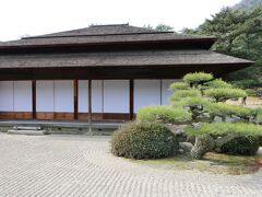 南湖の奥に江戸初期に建てられた「掬月亭」があります。園内のどこからでも出入りができるように、「四方正面」という珍しいつくりになっています。