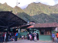通称マチュピチュ村、アグアスカリエンテスへ到着した。 小さな駅にたくさんの観光客が行き交い、皆が山を背景にがカメラを構えている。  すぐ前は小さな土産物屋がびっしりと並んでいて、いかにもザ・観光地という感じ。